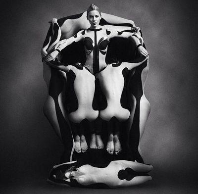 Voluptas Mors - 7 mujeres desnudas formando una calavera