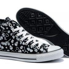 Todos amamos los zapatos ¿a quién no le gusta tener un buen par que sea original? Los de calaveras forman parte de las nuevas tendencias, así que cómpralos y llévalos con mucho estilo